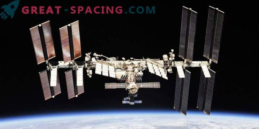 Astronauti preučujejo skrivnostno luknjo v ISS