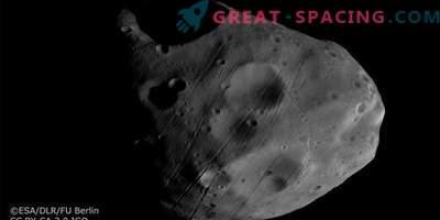 Mars Express gleda satelite na ozadju Saturnovih obročev.