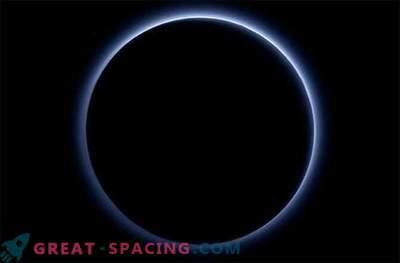 Pluton je svet, ki ima modro nebo in rdeč led.