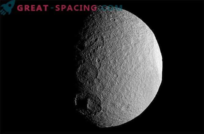 Zakaj so izbrisani kraterji na Saturnovih lunah?