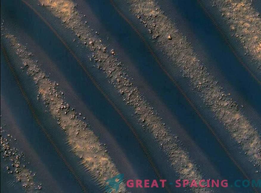 Marsijska pomlad topi peščene sipine.