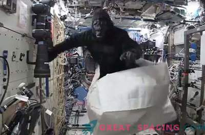 Astronaut se je pošalil z opico kostumom na vesoljski postaji