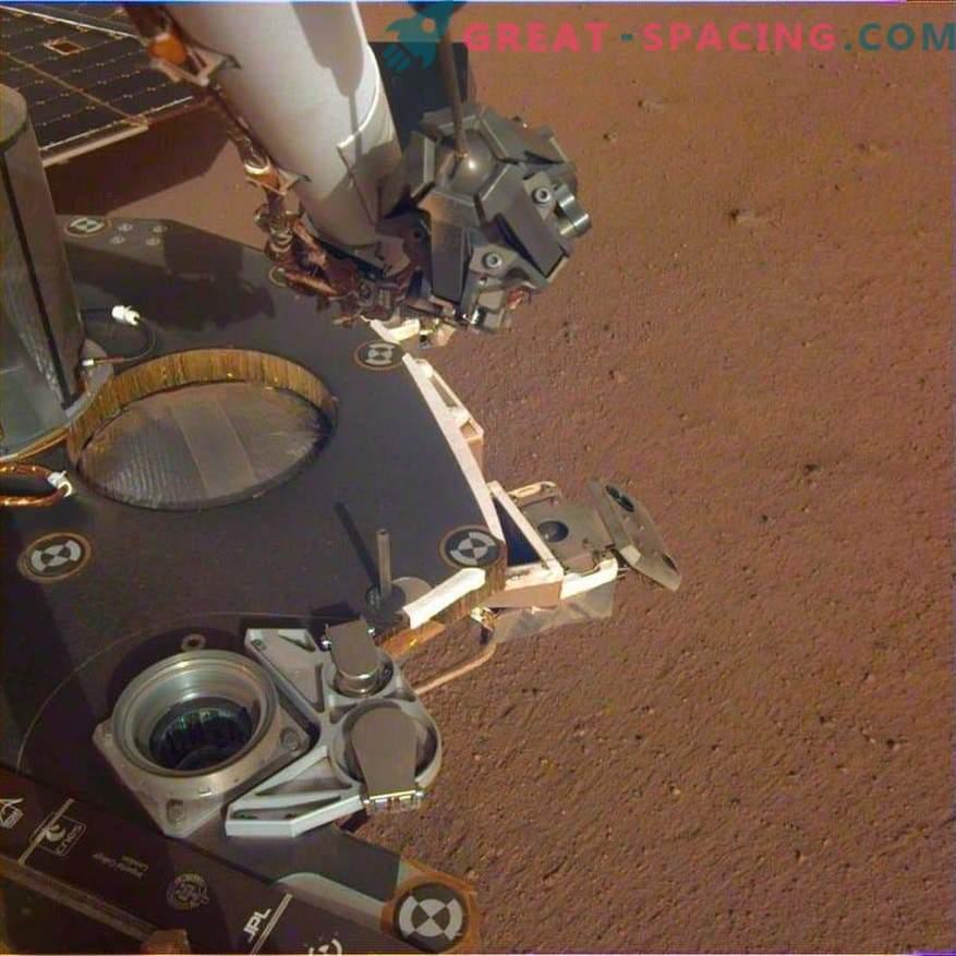 InSight osvobodi robotsko roko! Nove fotografije z Marsa
