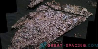 Suhe razpoke določajo obliko vode na Marsu