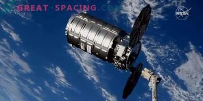Tovorna ladja Cygnus vzame smeti iz ISS