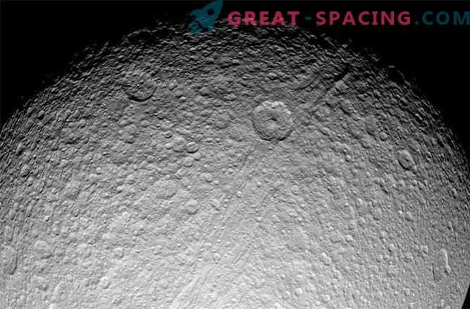 Saturnovi prstani in sateliti mlajši od dinozavrov?