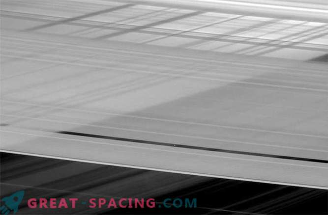 Saturnovi križni obroči skrivajo majhno lunino