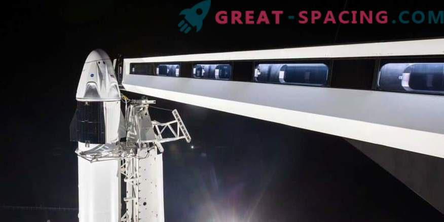 Prva ekipa SpaceX na izstrelitvenem podstavku