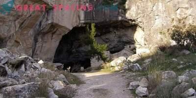 Čudna aktivnost v jami Davelis. Znanstvena razlaga in različice ufologov