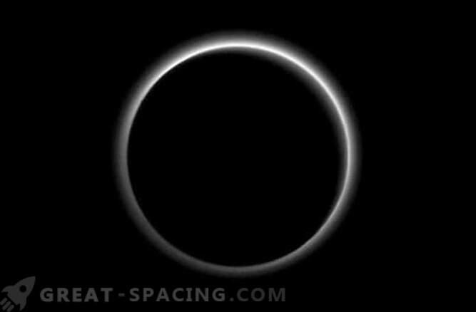 Ekipa New Horizons najde oblak plavajočega ledu na Plutonu.